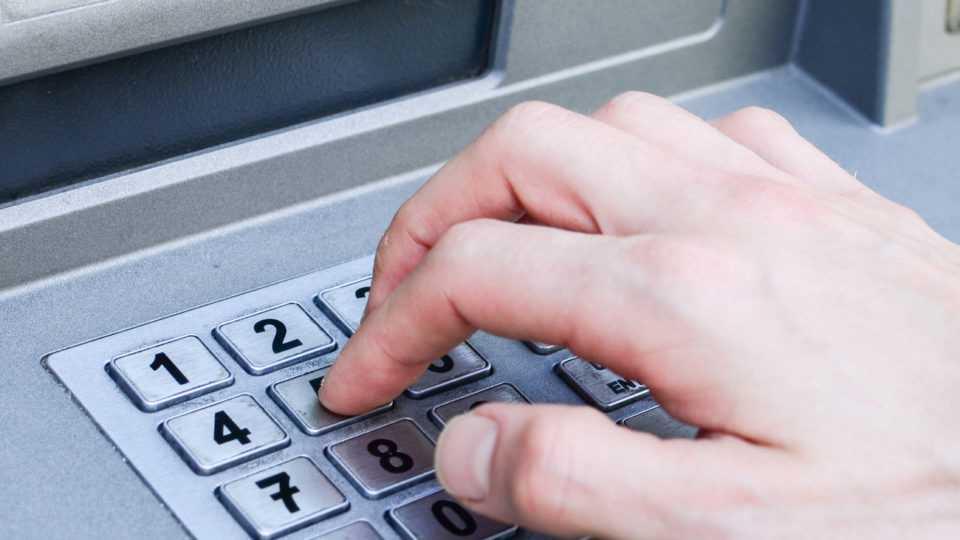 Έρχονται αυξημένες χρεώσεις για τις αναλήψεις από άλλη τράπεζα 1
