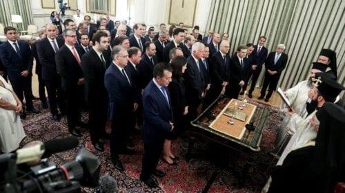 Τα πρώτα μέτρα: Κόβει τις προσλήψεις συγγενών σε υπουργεία, μειώνει τις γενικές γραμματείες 1