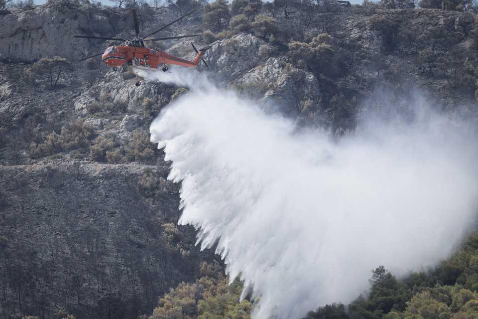 Μάχη με τις φλόγες σε Ασπρόπυργο, Αχαΐα, Ηλεία, Σάμο και Ιωάννινα - Ανετράπη πυροσβεστικό όχημα 3