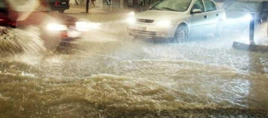 Σιάτιστα: Φοβερή καταιγίδα. Διέκοψε την κυκλοφορία, παρέσυρε κάδους. Βίντεο 1