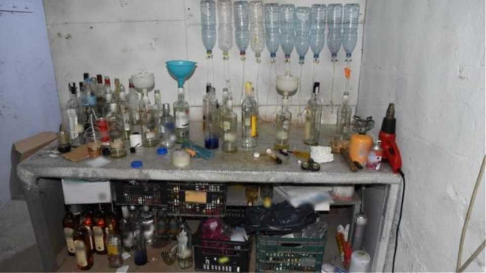 Ιερέας σε σπείρα που εμφιάλωνε ποτά – «μπόμπες» σε μπουκάλια από σκουπίδια 1
