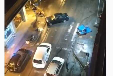 Βίντεο: Τρελή πορεία από οδηγό στη Θεσσαλονίκη...Χτύπησε σταθμευμένα ΙΧ, έπεσε σε κάδο, παράτησε το αυτοκίνητο του και… έφυγε 1