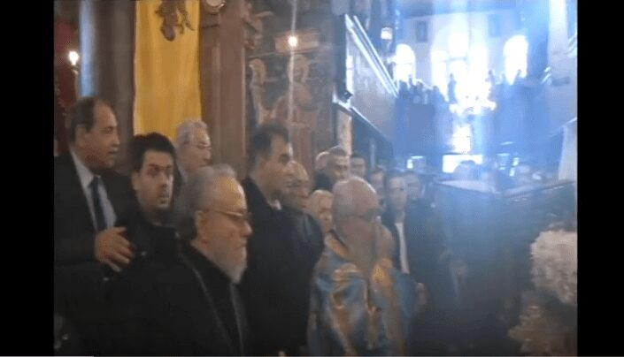 """Απίστευτο σκηνικό τα Θεοφάνεια μέσα στον ιερό ναό του Αγίου Νικολάου – Ο μητροπολίτης Σερβίων και Κοζάνης Παύλος """"έριξε άκυρο"""" στον Φώτη Κεχαγιά όταν έσκυψε για να τον ευλογήσει με το """"αγίασμα""""! -Βίντεο 1"""