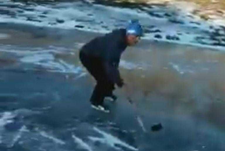 Πάγωσε η λίμνη Βασιλίτσα στα Γρεβενά - Έπαιξαν... χόκεϊ επί πάγου! (Βίντεο) 1