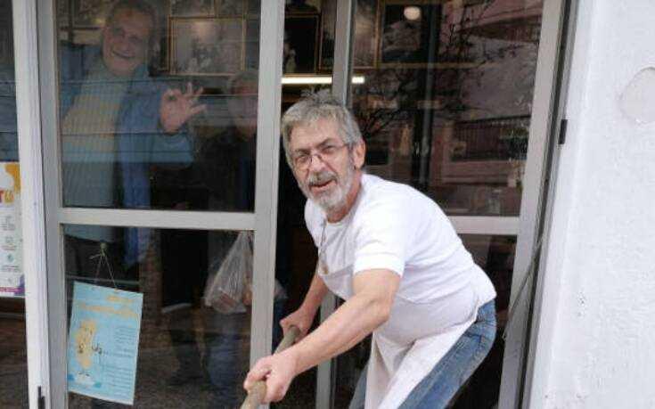 Φούρναρης στην Κοζάνη πήρε μέτρα για τον κορονοϊό και προσφέρει ψωμί με το… φτυάρι