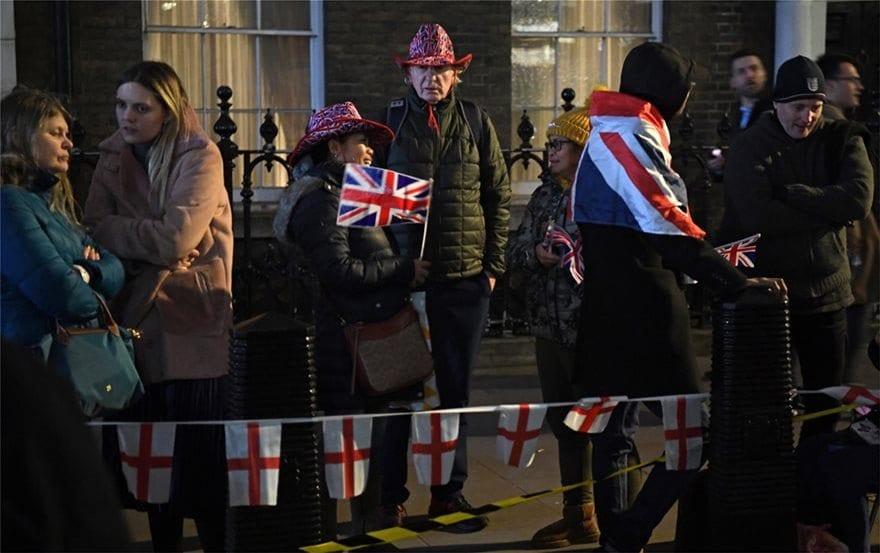 Brexit: Mε μπύρες και συνθήματα βγήκαν οι Βρετανοί στους δρόμους 1