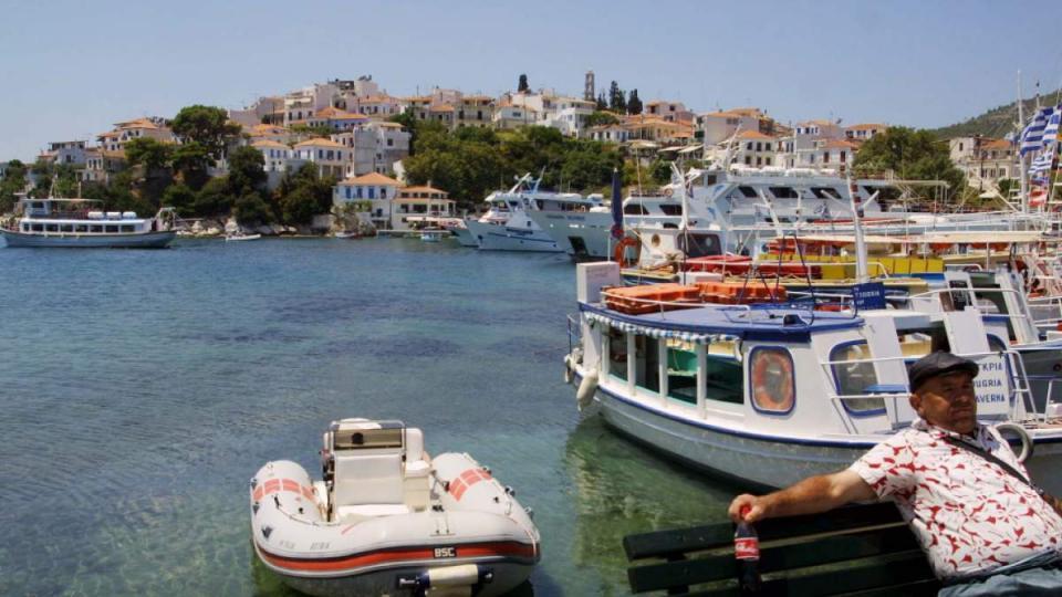 Δήμαρχος Σκιάθου: Ιταλοί τουρίστες κάνουν βόλτες αμέριμνοι στο νησί