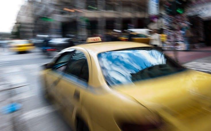 Ταξιτζής παράδειγμα προς μίμηση: Βοηθά δωρεάν ηλικιωμένους που έχουν ανάγκη λόγω του κορωνοϊού