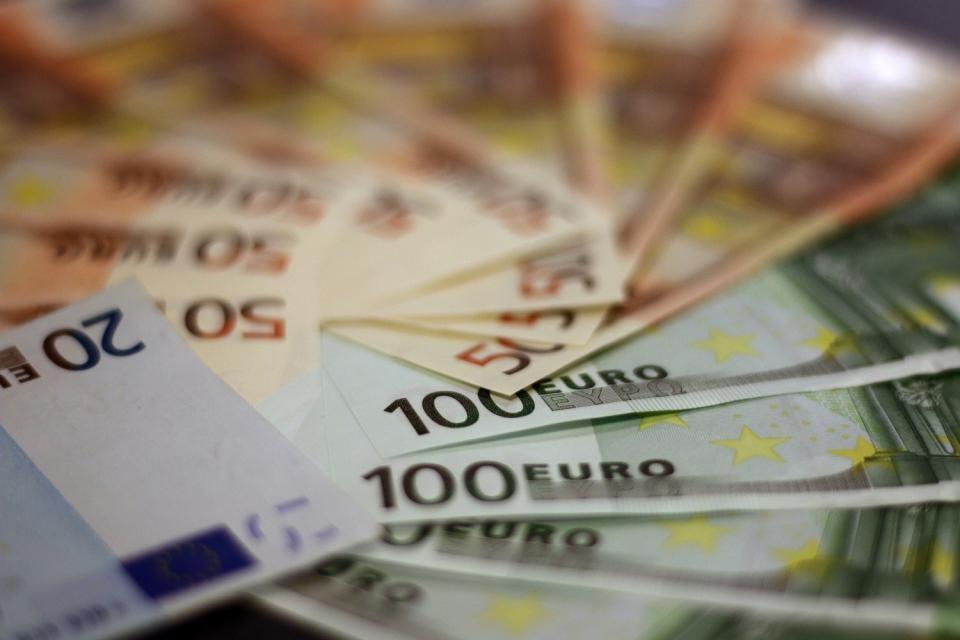 800 ευρώ σε εργαζομένους, ελεύθερους επαγγελματίες και απολυμένους