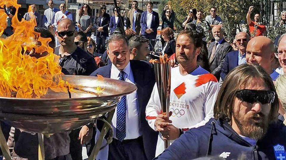 """Στη διακοπή της Ολυμπιακής Λαμπαδηδρομίας επί ελληνικού εδάφους προχώρησε η Ελληνική Ολυμπιακή Επιτροπή, για λόγους προστασίας της δημόσιας υγείας. Η διαδρομή της Ολυμπιακής Φλόγας ξεκίνησε κανονικά χθες (12/3), μετά την τελετή Αφής στην Αρχαία Ολυμπία, ενώ στη συνέχεια η Φλόγα διανυκτέρευσε στην Καλαμάτα και σήμερα το πρωί συνέχισε το ταξίδι της. Όμως η μεγάλη προσέλευση κοινού στην ειδική τελετή υποδοχής της στη Σπάρτη θορύβησε τουα αρμόδιους φορείς, με αποτέλεσμα η ΕΟΕ, σε συνεννόηση με το Υπουργείο Υγείας και τη ΔΟΕ, να αποφασίσει τη ματαίωση του υπολοίπου προγράμματος. Όπως επισημαίνεται στη σχετική ανακοίνωση, η παράδοση της Φλόγας στους Ιάπωνες διοργανωτές των Ολυμπιακών Αγώνων «Τόκιο 2020» θα γίνει κανονικά στην Πέμπτη 19/3 στο Παναθηναϊκό Στάδιο, χωρίς την παρουσία κοινού. Η ανακοίνωση της ΕΟΕ: """"H Eλληνική Ολυμπιακή Επιτροπή μετά από την απρόσμενα μεγάλη προσέλευση πλήθους στην Τελετή του Ολυμπιακού φωτός στη Σπάρτη και παρά τις επανειλλημένες συστάσεις προς το κοινό να μην συγκεντρώνεται στις Τελετές, στις πόλεις διέλευσης της Φλόγας πήρε τη δύσκολη αλλά επιβεβλημένη απόφαση να ματαιώσει το υπόλοιπο πρόγραμμα της Λαμπαδηδρομίας επί ελληνικού εδάφους. Η απόφαση λήφθηκε σε συνεννόηση με το Υπουργείο Υγείας και με τη Διεθνή Ολυμπιακή Επιτροπή με βαθιά αίσθηση ευθύνης, καθώς η δημόσια υγεία είναι το υπέρτατο αγαθό και αυτές τις δύσκολες ώρες επιβάλλεται η λογική στάση από όλες τις πλευρές. Η παράδοση της Ολυμπιακής Φλόγας στην Οργανωτική Επιτροπή «Τόκυο 2020» θα γίνει κανονικά την Πέμπτη 19 Μαρτίου στο Παναθηναϊκό Στάδιο, χωρίς την παρουσία κοινού."""""""