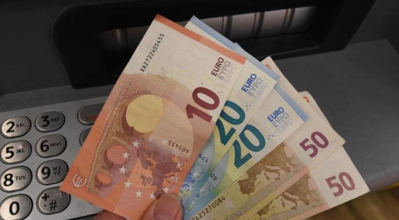 Το υπουργείο Οικονομικών, σχεδιάζει να δώσει ρευστό 12 δισ. ευρώ σε επιχειρήσεις για την επαναλειτουργία τους από την ερχόμενη εβδομάδα και στα πρώτα βήματά τους έως τον Ιούνιο, όπως αναφέρει το «Πρώτο Θέμα». Η επαναλειτουργία των επιχειρήσεων θα γίνει σταδιακά, αλλά ήδη αρχίζουν να εισρέουν τα πρώτα «καύσιμα» που φύλαγε για την επόμενη μέρα του lockdown το οικονομικό επιτελείο. Μέσα σε 50 ημέρες -αν όλα πάνε καλά με το σταδιακό άνοιγμα της αγοράς- οι επιχειρήσεις θα πάρουν πολλαπλές ανάσες, με άμεση ή έμμεση χρηματοδότηση από το κράτος, ως εξής: Άμεσα θα κρατήσουν περί τα 2 δισ. ευρώ από έμμεσους φόρους (κυρίως ΦΠΑ) που τα είχαν βάλει ήδη στα ταμεία τους πριν από το λουκέτο, στα μέσα Μαρτίου ή στις αρχές Απριλίου. Για να μη βρουν βουνό μαζεμένα μπροστά τους χρέη και πληρωμές, στην κυβέρνηση ετοιμάζουν να υπάρχουν δόσεις. Μεγάλο μέρος, έως και 25%, από τον ΦΠΑ που πρέπει να αποδώσουν οι επιχειρήσεις τούς το χαρίζει το κράτος αν επιλέξουν ολική εμπρόθεσμη εξόφληση μέσα στον Απρίλιο. Θα είναι μια απευθείας κρατική επιχορήγηση στο ταμείο τους, ύψους έως 3% ή 6% των συνολικών εισπράξεων που έχουν κάνει από τις αρχές του 2020. Πέραν αυτών των 2 δισ. ευρώ: 150.000 επιχειρήσεις αναμένουν ήδη στην ουρά για χαμηλότοκα δάνεια 1+1 δισ. ευρώ μέσω της επιστρεπτέας προκαταβολής. 600.000 επιχειρήσεις και επαγγελματίες έκαναν αίτηση για έκτακτη αποζημίωση 800 ευρώ η καθεμία. Θα λάβουν συνολικά μισό δισ. ευρώ ως άμεσες πληρωμές από το κράτος. Στα ποσά αυτά δεν συνυπολογίζονται άλλα 200 εκατ. ευρώ για τα 600 ευρώ που θα τα λάβουν απευθείας 180.000 επιστήμονες επαγγελματίες αντί για voucher τηλεκατάρτισης. Εως 1,25 δισ. ευρώ δώρο οι τόκοι για 100.00 υγιείς και συνεπείς μικρομεσαίες επιχειρήσεις. Να μοιραστούν έως τον Ιούνιο σε 1,2 εκατομμύρια επιχειρηματίες και ελεύθερους επαγγελματίες, σε επιχειρήσεις που στέγνωσαν λόγω της στάσης εμπορίου. Πριν από το άνοιγμα η αγορά ζεσταίνεται με προκαταβολές, επιδοτήσεις, δάνεια και άλλες ενισχύσεις. Η αρχή έγινε ήδη με την επιστρεπτέα προκαταβολ
