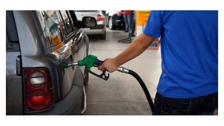 Πετρέλαιο: Πώς η βουτιά της τιμής επηρεάζει την αγορά καυσίμων - Πού θα φτάσει η βενζίνη
