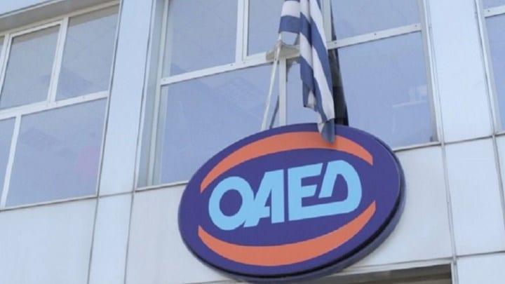 Αύριο Δευτέρα ξεκινά η καταβολή του επιδόματος των 400 ευρώ στους μακροχρόνια άνεργους, σύμφωνα με τον διοικητή του ΟΑΕΔ, Σπύρο Πρωτοψάλτη. Μιλώντας στην ΕΡΤ ο κ. Πρωτοψάλτης σημείωσε ότι μέχρι το απόγευμα της Παρασκευής είχαν εγγραφεί στην πλατφόρμα 73 χιλιάδες μακροχρόνια άνεργοι, ποσοστό άνω του 43% των δικαιούχων. Όπως σημείωσε ο κ. Πρωτοψάλτης οι πληρωμές θα αρχίσουν τη Δευτέρα 27 Απριλίου ενώ η ειδική πλατφόρμα του ΟΑΕΔ για τους μακροχρόνια άνεργους θα παραμείνει ανοιχτή έως τις 3 Μαΐου. Παράλληλα, ο διοικητής του ΟΑΕΔ σημείωσε ότι μόνο όσοι δικαιούχοι έχουν καταχωρηθεί στα μητρώα του Οργανισμού μπορούν να καταχωρίσουν ή να επιβεβαιώσουν το IBAN τους ενώ διευκρίνισε ότι όσοι δεν έχουν κάνει καμία ενέργεια αλλά έχουν ΙΒΑΝ στον ΟΑΕΔ θα πληρωθούν μετά το κλείσιμο της πλατφόρμας. «Δώσαμε προτεραιότητα και καλύπτουμε το 1/3 των μακροχρόνια ανέργων, όσων είναι άνεργοι από 12 έως 24,5 μήνες. Αν υπολογίσουμε και όσους έληγε το επίδομα ανεργίας τους τον Απρίλιο και πήραν δίμηνη παράταση, μιλάμε για επίδομα σε 400 χιλιάδες ανέργους» ανέφερε μεταξύ άλλων ο διοικητής του ΟΑΕΔ. Ο κ. Πρωτοψάλτης αναφέρθηκε και στις ενεργητικές πολιτικές απασχόλησης του ΟΑΕΔ και περιέγραψε τα δύο προγράμματα, που ξεκινούν τον Μάιο, αφορούν συνολικά 45.000 νέες θέσεις εργασίας και απευθύνονται κυρίως στους μακροχρόνια άνεργους. Θα υπάρξουν και προγράμματα «Κοινωφελούς εργασίας» ενημέρωσε, στα οποία οι προσλήψεις θα γίνουν με διαδικασίες ΑΣΕΠ και όσον αφορά στην μοριοδότηση που θα πάρουν οι υποψήφιοι, το πιο σημαντικό κριτήριο θα είναι οι μήνες ανεργίας. «Όσο πιο πολλούς μήνες άνεργος είναι κάποιος, τόσο περισσότερα μόρια θα παίρνει» διευκρίνισε ο κ. Πρωτοψάλτης. Με πληροφορίες από την ΕΡΤ