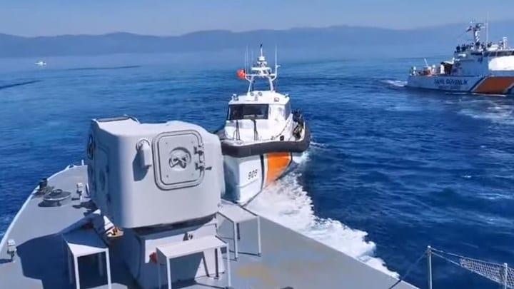 Τουρκικά σκάφη επιχειρούν να προωθήσουν λέμβο με μετανάστες(βίντεο) 1