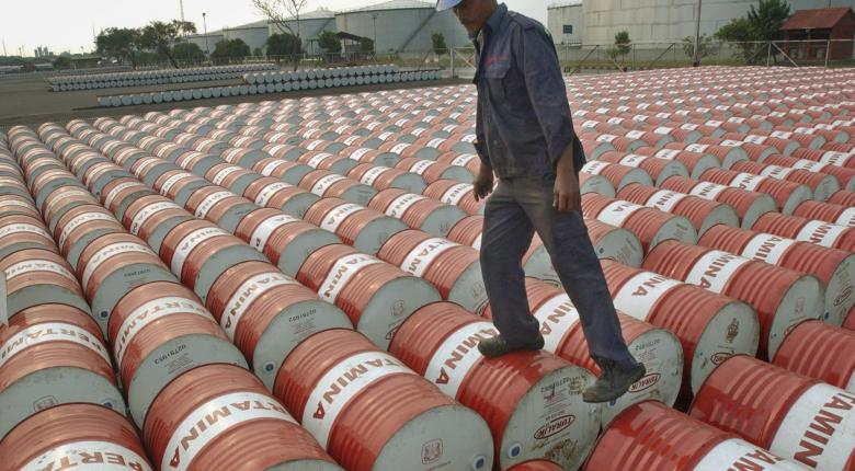 Η πλεονάζουσα προσφορά βύθισε σε χαμηλό 30ετίας την τιμή του πετρελαίου