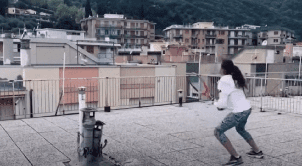 Ποιες είναι οι δύο κοπέλες που έπαιξαν τένις από απέναντι ταράτσες και έγιναν viral
