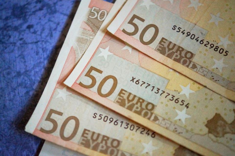 Έως την Τρίτη θα έχει τεθεί σε λειτουργία η ηλεκτρονική πλατφόρμα αιτήσεων για την χορήγηση των 800 ευρώ για τους αυτοαπασχολούμενους, τους ελεύθερους επαγγελματίες και τις μικρές επιχειρήσεις με έως 5 εργαζόμενους, όπως ανακοίνωσε ο υπουργός Ανάπτυξης, Άδωνις Γεωργιάδης στην τηλεόραση του ΣΚΑΪ και στον Γιώργο Αυτιά. Μιλώντας για τις επιταγές, ο κ. Γεωργιάδης τόνισε ότι τα στοιχεία είναι πάρα πολύ καλά καθώς κανονικά στην ώρα τους πληρώθηκαν το 87% των επιταγών χωρίς να γίνει χρήση του δικαιώματος προστασίας από τους εκδότες τους. Σύμφωνα με τον υπουργό Ανάπτυξης, το γεγονός αυτό είναι δείγμα υγείας της ελληνικής οικονομίας.