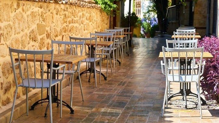 Εστιατόρια - καφέ: Τραπέζια ακόμη και στο... οδόστρωμα - Πότε θα αποφασιστεί αν θα ανοίξουν νωρίτερα