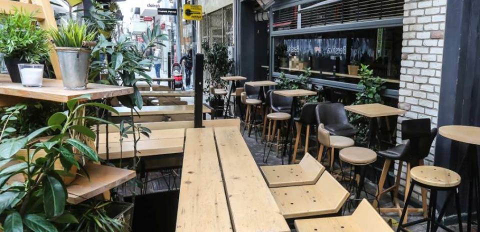 Με παρέμβαση Θεοδωρικάκου αυξάνεται ο χώρος σε καφετέριες και εστιατόρια για τραπεζοκαθίσματα