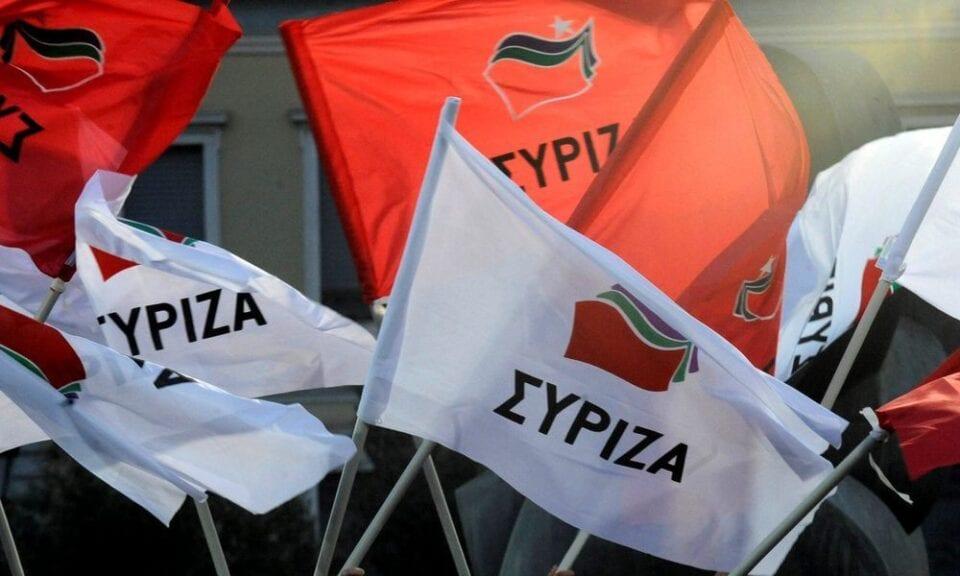 Η ανακοίνωση του ΣΥΡΙΖΑ επισημαίνει τα ακόλουθα: «Τα στοιχεία που έχουν δει το φως της δημοσιότητας τις τελευταίες μέρες για τις χρηματοδοτήσεις των ΜΜΕ είναι εξόχως αποκαλυπτικά. Στη λίστα με τα ΜΜΕ που εισέπραξαν χρήματα από το κονδύλι των 20 εκατ. ευρώ, υπάρχουν περισσότερα από 200 παντελώς ανυπόληπτα sites και blogs που δεν είναι καν εγγεγραμμένα στο Μητρώο Online Μedia, όπως προβλέπει ο νόμος. Κάποια από αυτά έχουν χρόνια να ανανεωθούν, ανήκουν σε βουλευτές και πολιτευτές της Ν.Δ. ή συγγενείς τους, ενώ άλλα δεν υφίστανται καν. Το φαγοπότι που δεν πρόλαβε να υλοποιήσει η κυβέρνηση με το σκάνδαλο των vouchers, το κάνει τώρα πράξη μοιράζοντας δημόσιο χρήμα σε ανύπαρκτα Μέσα, σε βάρος τόσο των φορολογουμένων όσο και των πραγματικών Μέσων Ενημέρωσης. Μπορεί ο κ. Μητσοτάκης να κρύφτηκε στη Βουλή, ωστόσο ο κυβερνητικός εκπρόσωπος πρέπει να καταλάβει πως οι ευθύνες του στη συγκεκριμένη υπόθεση ενδεχομένως να μην είναι μόνο πολιτικές. Έστω και τώρα, η κυβέρνηση οφείλει να δώσει στη δημοσιότητα τη λίστα με τα ποσά που πήρε κάθε Μέσο. Αν δεν το πράξει, πρόκειται για ομολογία ενοχής. Οι πολίτες, αλλά και ο ίδιος ο κλάδος των ΜΜΕ, δικαιούνται να γνωρίζουν: 1. Τι ποσό πήρε κάθε Μέσο; 2. Βάσει ποιων κριτηρίων σε σχέση με τον αριθμό εργαζομένων και την επισκεψιμότητα/αναγνωσιμότητα δόθηκε αυτή η ενίσχυση; 3. Διατέθηκε τελικά ολόκληρο το ποσό των 20 εκατ. ευρώ; Αληθεύουν οι πληροφορίες περί «επιστροφών» προς την εταιρία που τα μοίρασε; 4. Ισχύουν, τέλος, οι πληροφορίες ότι δόθηκαν 800.000 ευρώ σε ένα και μόνο Μέσο; Οι πολίτες απαιτούν απαντήσεις. Στην κυβέρνηση πρέπει να καταλάβουν ότι τα δημόσια ταμεία δεν είναι κουμπαράς τους. Αν θεωρούν ότι η συγκεκριμένη σκανδαλώδης υπόθεση θα ξεχαστεί έτσι εύκολα, είναι γελασμένοι.»