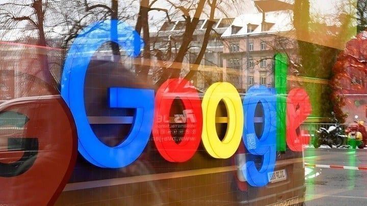 Η Google ανακοίνωσε θα αρχίσει να σβήνει αυτόματα τα δεδομένα των χρηστών. Πρόκειται για τα δεδομένα τοποθεσίας, περιήγησης και ιστορικού αναζήτησης από τους λογαριασμούς τους έπειτα από 18 μήνες. Πριν, οι χρήστες έπρεπε να προεπιλέξουν ότι δεν θέλουν η Google να αποθηκεύει τα δεδομένα τους για απεριόριστο χρονικό διάστημα. Αυτή η αλλαγή επιτρέπει στην Google να κρατά πληροφορίες και να σας προτείνει διάφορα πράγματα με βάση τις προηγούμενες τοποθεσίες σας ή αναζητήσεις σας, αλλά δεν θα μπορεί να κρατήσει τα δεδομένα για χρόνια. Σύμφωνα με τον διευθύνοντα σύμβουλο της εταιρείας Sundar Pichai, η αλλαγή θα γίνει πρώτα στα iphone και έπειτα στα adroid κινητά. Όπως αναφέρει το CNBC, η Google θα προσφέρει επίσης πιο ενεργούς ελέγχους απορρήτου και θα βοηθήσει τους χρήστες να διαχειριστούν τις ρυθμίσεις απορρήτου τους. Επιπλέον, οι χρήστες θα μπορούν να έχουν πρόσβαση σε βασικά στοιχεία ελέγχου του λογαριασμού Google μέσω αναζήτησης. Επιπλέον, η Google διευκολύνει την πρόσβαση σε κατάσταση ανώνυμης περιήγησης σε επιλεγμένες εφαρμογές. Η λειτουργία σάς επιτρέπει να περιηγείστε ή να χρησιμοποιείτε εφαρμογές ιδιωτικά και η Google δεν θα αποθηκεύει το ιστορικό περιήγησής σας, τα cookie ή τα δεδομένα ιστότοπου. Στους Χάρτες Google, η Google δεν θα διατηρεί το ιστορικό του πού βρισκόσασταν όταν έχετε ενεργοποιήσει τη λειτουργία ανώνυμης περιήγησης.
