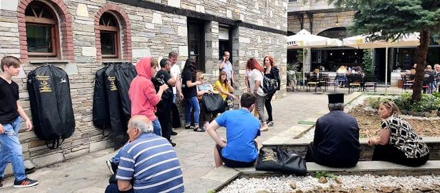 Πτώση αυλαίας για την Φιλαρμονική της Καστοριάς: Οι μουσικοί και οι γονείς των μαθητών παρέδωσαν διαμαρτυρόμενοι τις στολές τους στον Δήμο Καστοριάς 10