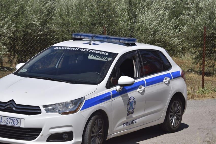 Απόπειρα αρπαγής ανηλίκου σημειώθηκε χθες στον Πύργο. Σύμφωνα με την καταγγελία του 14χρονου αγοριού, την στιγμή που περπατούσε στον δρόμο, δύο άνδρες που επέβαιναν σε όχημα τύπου βαν τον προσέγγισαν και - προφασιζόμενοι ότι τους είχε στείλει η μητέρα του - αποπειράθηκαν να τον επιβιβάσουν στο όχημα, χωρίς ωστόσο να τον πείσουν. Απόπειρα αρπαγής ανηλίκου σημειώθηκε χθες στον Πύργο. Συγκεκριμένα, συνελήφθησαν χθες το απόγευμα, στον Πύργο, δύο αλλοδαποί άνδρες, σε βάρος των οποίων σχηματίσθηκε δικογραφία για απόπειρα αρπαγής ανηλίκου, μετά από σχετική καταγγελία. Σύμφωνα με την καταγγελία του 14χρονου αγοριού, την στιγμή που περπατούσε στον δρόμο, δύο άνδρες που επέβαιναν σε όχημα τύπου βαν τον προσέγγισαν και - προφασιζόμενοι ότι τους είχε στείλει η μητέρα του - αποπειράθηκαν να τον επιβιβάσουν στο όχημα, χωρίς ωστόσο να τον πείσουν. Οι δυο αλλοδαποί άνδρες προσήχθησαν και στο πλαίσιο της προανάκρισης αναγνωρίστηκαν από τον ανήλικο, τόσο οι ίδιοι, όσο και το όχημα, με αποτέλεσμα να συλληφθούν και να κατασχεθεί το όχημα. Οι συλληφθέντες οδηγήθηκαν στον Εισαγγελέα Πρωτοδικών Ηλείας. Η προανάκριση διενεργείται από τους αστυνομικούς της Υποδιεύθυνσης Ασφάλειας Πύργου. Σύμφωνα με την αστυνομία οι γονείς πρέπει να φροντίζουν κάθε παιδί να γνωρίζει: Το όνομα του και τη διεύθυνση του. Να χρησιμοποιεί το τηλέφωνο. Να καλεί το 100 σε περίπτωση ανάγκης. Να απευθύνεται για βοήθεια μόνο σε Αστυνομικούς ή σε γνωστά άτομα. Να μην μπαίνει σε αυτοκίνητο ή να ακολουθεί οποιοδήποτε άτομο χωρίς την συγκατάθεση των γονιών του. Σε περίπτωση ανάγκης να απευθύνεται σε άτομα που του έχει υποδείξει η οικογένεια του ότι είναι της εμπιστοσύνης της π.χ. σε συγγενείς ή φίλους. Να μην απαντά όταν χτυπούν την πόρτα και οι γονείς δεν είναι στο σπίτι και ποτέ να μην λέει σε κάποιον στο τηλέφωνο ότι είναι μόνο του. Να μην δέχεται δώρα που προσφέρουν άγνωστοι.