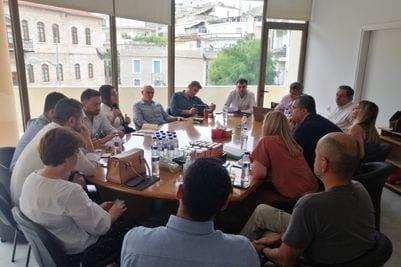 «Συνάντηση της Διοίκησης του ΤΕΕ/ΤΔΜ με τον Συντονιστή του Σχεδίου Δίκαιης Αναπτυξιακής Μετάβασης των περιοχών της Δυτικής Μακεδονίας και της Μεγαλόπολης, κο Μουσουρούλη Κωστή» Στον χώρο του Τεχνικού Επιμελητηρίου της Κοζάνης, υποδέχτηκε ο Πρόεδρος του Τμήματος Στέργιος Κιάνας, μαζί με μέλη της Διοίκησης, εκλεγμένους σε κεντρικά όργανα και Επιμελητές μόνιμων επιτροπών, τον Συντονιστή του Σχεδίου Δίκαιης Αναπτυξιακής Μετάβασης των περιοχών της Δυτικής Μακεδονίας και της Μεγαλόπολης, κο Μουσουρούλη Κωστή, που βρίσκεται την περίοδο αυτή στη Δυτική Μακεδονία, προκειμένου να έρθει σε επαφή με φορείς της περιοχής, με στόχο την υλοποίηση του Σχεδίου Δίκαιης Μετάβασης και τον συντονισμό, των συνδεόμενων με αυτό, δραστηριοτήτων. Ο Πρόεδρος του Τμήματος, αφού καλωσόρισε τον κο Μουσουρούλη και του ευχήθηκε καλή επιτυχία στα ιδιαιτέρως απαιτητικά νέα του καθήκοντα, τον διαβεβαίωσε ότι το ΤΕΕ/ΤΔΜ, τόσο ως ο επίσημος Τεχνικός Σύμβουλος της Πολιτείας, αλλά και αντιλαμβανόμενο πλήρως το μέγεθος της ευθύνης και της δυσκολίας του εγχειρήματος της αναπτυξιακής μετάβασης, θα σταθεί αρωγός στην όλη προσπάθεια, με όποιο τρόπο επιλέξει η Κυβέρνηση να το αξιοποιήσει. Τα μέλη του ΤΕΕ/ΤΔΜ, οι Διπλωματούχοι Μηχανικοί, είναι οι πλέον κατάλληλοι για να εργαστούν για την υλοποίηση του στόχου της μετάβασης, έχοντας αποκτήσει, λόγω του ενεργειακού χαρακτήρα της περιοχής, μεγάλη εμπειρία και γνώσεις στα θέματα της Ενέργειας. Ο κος Μουσουρούλης, εξέφρασε την εκτίμησή του στην ιδιότητα του Διπλωματούχου Μηχανικού, αναγνώρισε με τη σειρά του το ειδικό επιστημονικό βάρος του κλάδου και κατέστησε σαφές ότι στη αναπτυξιακή μετάβαση που οραματίζεται η Κυβέρνηση, οι Μηχανικοί θα έχουν πρωταγωνιστικό ρόλο. Όλα τα σχέδια της Πολιτείας μπορούν να υλοποιηθούν μόνο με συνεργάτη την τοπική κοινωνία και το ΤΕΕ/ΤΔΜ θα συμβάλει με το δυναμικό του στο στόχο αυτό. Ακολούθησε συζήτηση γύρω από ζητήματα που έχουν προκύψει από την ήδη μειωμένη χρήση του λιγνίτη, ζητήματα που είναι τόσο κοινωνικά, όπως η αύξηση της ανεργ