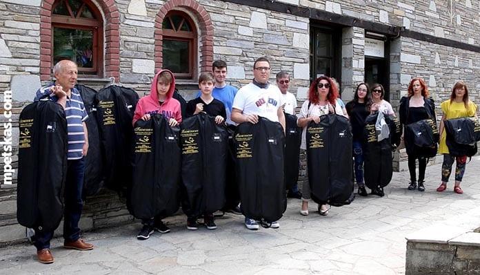 Πτώση αυλαίας για την Φιλαρμονική της Καστοριάς: Οι μουσικοί και οι γονείς των μαθητών παρέδωσαν διαμαρτυρόμενοι τις στολές τους στον Δήμο Καστοριάς 3