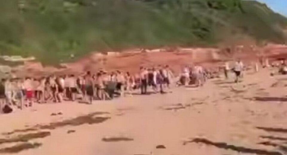 ΚΟΣΜΟΣ:Απίστευτο ξύλο μεταξύ 200 ατόμων σε παραλία!