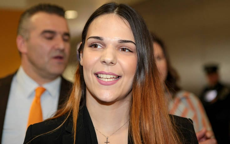 Η 22χρονη από τη Μυτιλήνη η οποία πέρασε έναν απίστευτο εφιάλτη στο Χονγκ Κονγκ το 2017 ανοίγει ένα νέο κεφάλαιο στη ζωή της. Η Ειρήνη Μελισσαροπούλου, 15 μήνες μετά την ομόφωνη αθωωτική απόφαση του δικαστηρίου του Χονγκ Κoνγκ, έδωσε εξετάσεις και πέρασε στην Ελληνική Αστυνομία σύμφωνα με το protothema.gr. Αυτό που μένει είναι η τοποθέτησή της, πιθανότατα στην Αστυνομική Διεύθυνση Λέσβου, ως συνοριοφύλακας. Advertisement You can close Ad in 2 s «Θέλει να δουλέψει δεν θέλει να συνεχίσει τις σπουδές της. Θέλει να βρει μια δουλειά και να εργαστεί. Η Ειρήνη, εάν καταδικαζόταν, θα τελείωνε η ζωή της. Θα καταδικαζόταν σε 30 χρόνια και θα εξέτιε τουλάχιστον τα 20. Εάν επιβίωνε» είχε δηλώσει μιλώντας στο Star ο συνήγορός της Σάκης Κεχαγιόγλου. «Αυτό που περιμένουμε είναι η διαταγή του αρχηγείου για την τοποθέτησή της. Ελπίζουμε ότι θα είναι στην Αστυνομική Διεύθυνση Λέσβου, για να βρίσκεται κοντά μας» είπε στο protothema.gr ο πατέρας της Ειρήνης, Γιώργος Μελισσαρόπουλος, ο οποίος είναι και ο ίδιος αστυνομικός και υπηρετεί στη Λέσβο. Η 22χρονη κοπέλα είχε συλληφθεί τον Νοέμβριο του 2017 στο αεροδρόμιο του Χονγκ Κονγκ γιατί στην τσάντα της βρέθηκαν 2,5 κιλά κοκαΐνης. Η Ειρήνη έλεγε διαρκώς ότι είναι αθώα και ότι κάποιος την παγίδευσε, κάτι που τελικά αποδείχτηκε. Ο άνδρας που το έκανε ήταν ένας Ρουμάνος με τον οποίο η κοπέλα διατηρούσε φιλική σχέση τα τελευταία 3 χρόνια. Μάλιστα την είχε παραμυθιάσει τονίζοντας της ότι έπρεπε να πάει στο Χονγκ Κονγκ για να ανοίξει τα φτερά της ως μοντέλο. Σε ένα από τα σακ βουαγιάζ της είχαν φτιάξει μια κρύπτη με ναρκωτικά, που τελικά βρέθηκαν στον έλεγχο. Τελικά με βαριές κατηγορίες οδηγήθηκε στη φυλακή. Αθωώθηκε ομόφωνα τον Μάρτιο του 2019 και επέστρεψε στην πατρίδα της.