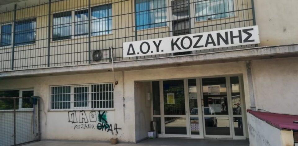 Επίθεση με τσεκούρι στη ΔΟΥ Κοζάνης: Το κινητό του δράστη ερευνά η Αστυνομία – Δεν μιλάει ούτε στους γονείς του