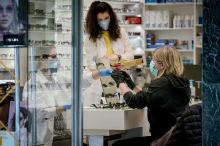 Νέα δεδομένα για τη μάσκα σε καταστήματα, τι ισχύει για τις ασπίδες