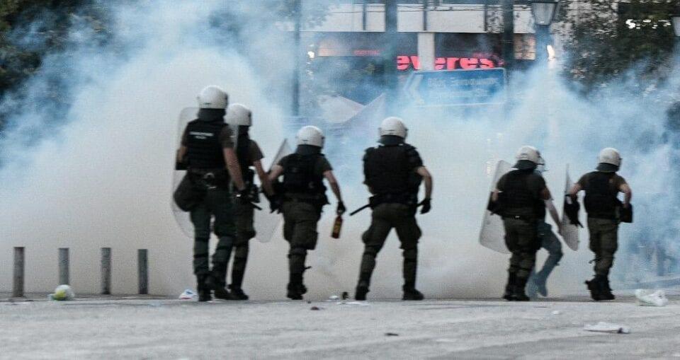 Η νέα εποχή Χρυσοχοΐδη: Αστυνομικοί πέφτουν με τις μηχανές σε διαδηλωτές [βίντεο] 1