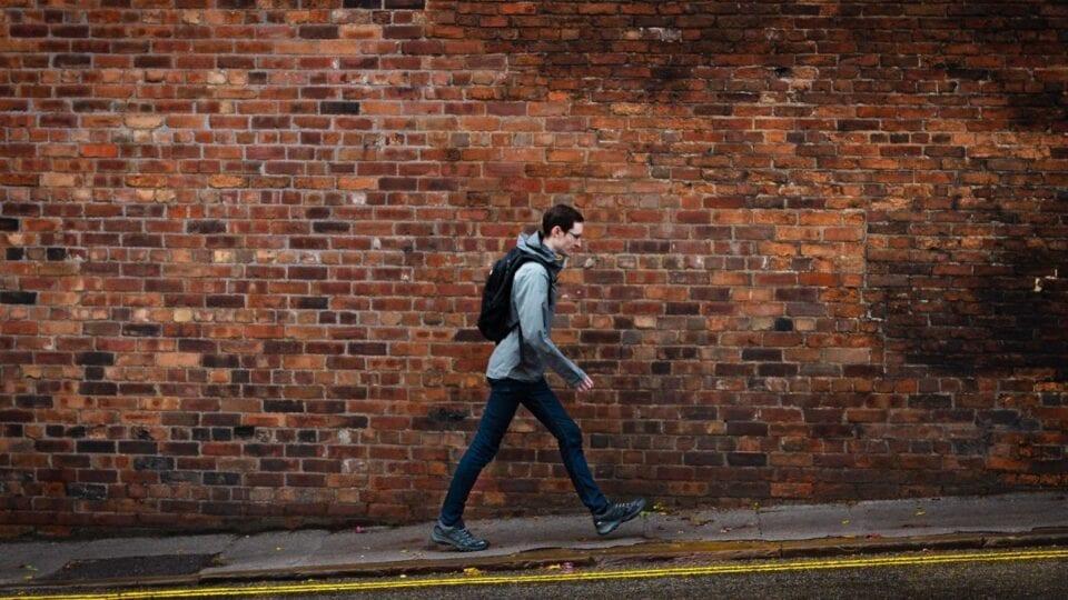 Τι κερδίζουμε όταν περπατάμε γρήγορα ακόμη και για να πάμε στη δουλειά
