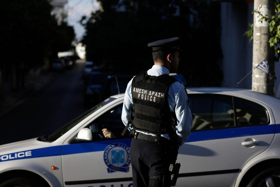Παράτησαν μόνο του 6χρονο παιδί στο Βόλο και εκείνο κρεμάστηκε από τα κάγκελα του μπαλκονιού