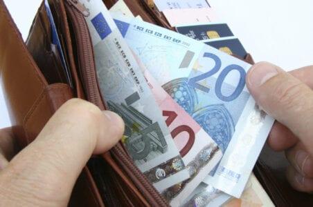 """Αναδρομικά συνταξιούχων: Αντίστροφη μέτρηση για το πρώτο """"κύμα"""" πληρωμών - Οι ημερομηνίες και οι δικαιούχοι"""