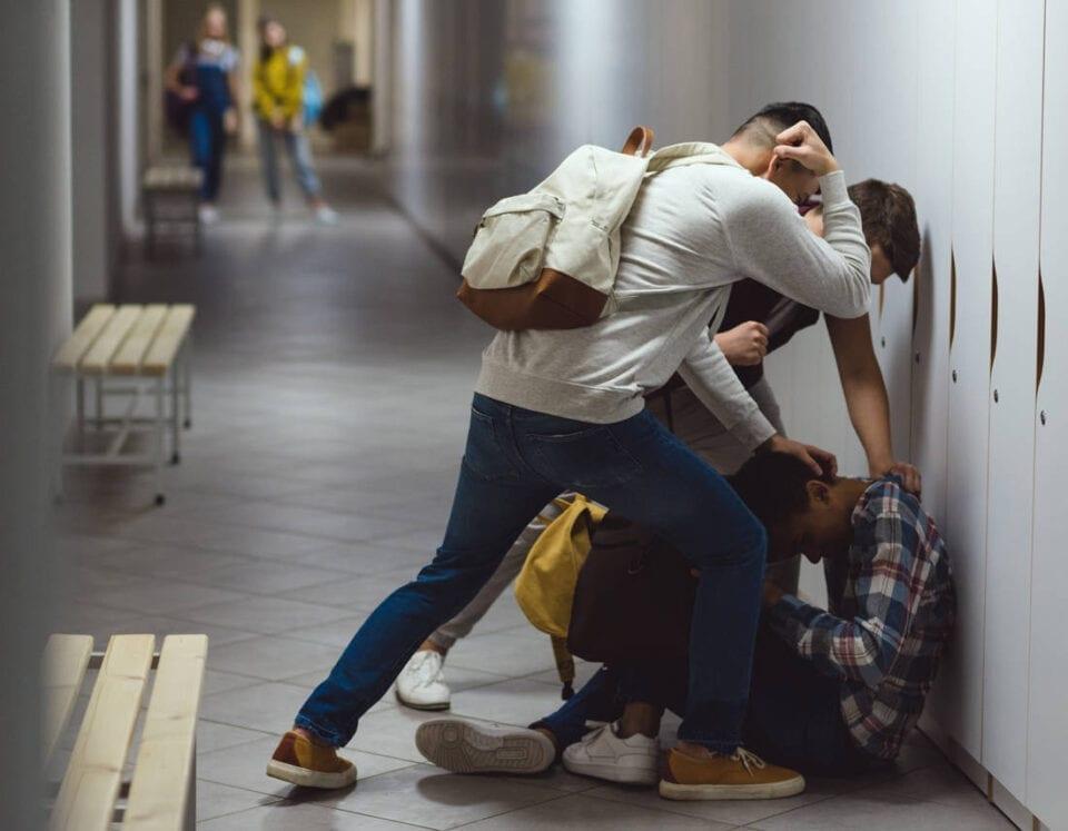 Τα τελευταία χρόνια γίνεται μεγάλη συζήτηση για το φαινόμενο του σχολικού εκφοβισμού και μάλιστα έχει επικρατήσει να χρησιμοποιούμε τον αγγλικό όρο. Οι περισσότεροι γονείς έχουν σε μεγάλο βαθμό ενημερωθεί σχετικά και με τη σειρά τους έχουν προετοιμάσει τα παιδιά τους για το πώς θα πρέπει να χειριστούν τέτοιου είδους καταστάσεις, σε περίπτωση γίνουν τα ίδια, θύματα, κάποιου νταή. Μέχρι και οι μεγαλύτερες γενιές, παππούδες και γιαγιάδες γνωρίζουν πλέον τις διαστάσεις και τις συνέπειες που μπορεί να προκαλέσουν στον ψυχισμό των παιδιών, φαινόμενα μπούλινγκ, που αφήνονταν στην τύχη τους, στο παρελθόν. Δεν είναι λίγες οι φορές που το επίκεντρο της συζήτησης για το μπούλινγκ αποκτά άλλον έναν πυλώνα: το πώς θα πρέπει να εκπαιδεύσουμε τα παιδιά μας να αντιδράσουν σε περίπτωση που κάποιος υφίσταται εκφοβισμό, παρουσία τους. Πλέον οι ρόλοι εμπλουτίζονται και δεν απασχολεί τους ειδικούς, μόνο το θύμα ή ο θύτης αλλά και οι παρευρισκόμενοι, που οφείλουν να πάρουν θέση, ενημερώνοντας κάποιον ενήλικα, (γονέα ή δάσκαλο). Ας δούμε τι συμβουλεύουν οι ειδικοί τους γονείς, ώστε να συμβουλεύσουν και εκείνοι με τη σειρά τους τα μικρά τους, γιατί αυτού του είδους η εκπαίδευση ξεκινά από προσχολική ηλικία. 1. Πρώτα διαχωρίσουμε ποιες συμπεριφορές είναι μπούλινγκ και ποιες όχι Μία διαφωνία ανάμεσα σε δυο παιδιά, δεν είναι μπούλινγκ. Το να ασκεί ένα παιδί, που έχει περισσότερη κοινωνική επιρροή, δυναμική εξουσία και να τη χρησιμοποιεί εναντίον άλλου παιδιού, αυτό είναι. Μην ανησυχείτε, δεν χρειάζεται αυτό να το εξηγήσετε στα παιδιά σας, είναι κάτι που πρέπει να έχετε κατανοήσει εσείς. Τα παιδιά είναι ήδη έμπειρα σε αυτό, ξέρουν ποιος έχει τον έλεγχο σε μια κατάσταση, ποιος κάνει «συνέχεια τον αρχηγό». 2. Ξεκινήστε τη συζήτηση νωρίς Μην περιμένετε να σας φέρουν τα παιδιά σας στο σπίτι ένα περιστατικό μπούλινγκ, που αφορά τους ίδιους ή κάποιο φίλο τους. Μην πιστεύετε ότι ο σχολικός εκφοβισμός, δεν είναι ο γενικός κανόνας. Δεν συμβαίνει, εννοείται, σε όλα τα παιδιά, αλλά υπάρχει σε όλα τα σχολ