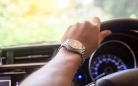 Τα σημεία που πρέπει να δώσεις σημασία Επιστρέφοντας από διακοπές ένα από τα πρώτα πράγματα που πρέπει να κάνουμε είναι να ελέγχουμε το αυτοκίνητό μας. Τι ακριβώς, όμως, πρέπει να κοιτάμε και πού να δίνουμε μεγαλύτερη σημασία; Δες τα τρία πράγματα που πρέπει να ελέγχεις στο αυτοκίνητο όταν γυρνάς από διακοπές... 1. Τα λάδια του αυτοκινήτου Ένα από τα πρώτα πράγματα που πρέπει να ελέγξεις είναι η στάθμη του λαδιού. Σε περίπτωση που ο κινητήρας έχει «κάψει» λάδια πρέπει να τα αναπληρώσεις στο συνεργείο μέχρι την στάθμη που ορίζει ο κατασκευαστής. 2. Φρένα Πιθανόν κατά τη διάρκεια του ταξιδιού να εντόπισες μαλακό πεντάλ. Αυτό μπορεί να οφείλεται σε απώλεια υγρού φρένων, από την ύπαρξη αέρα στις σωληνώσεις του συστήματος φρένων ή σε φθορά των φθαρτών μερών του συστήματος. Δώσε σημασία και φρόντισε για την αλλαγή τους. 3. Υγρά Το τρίτο και σημαντικό που πρέπει να ελέγξουμε είναι η στάθμη των υγρών στο ψυγείο αλλά και του νερού στο δοχείο του παρμπρίζ. Αν είναι χαμηλά θα πρέπει να συμπληρώσεις τα ανάλογα υγρά.