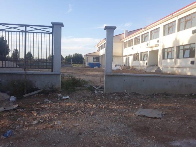 Στα «τελειώματα» βρίσκονται οι εργασίες του κτηρίου όπου πρόκειται να στεγασθεί το 10ο Δημοτικό Σχολείο Πτολεμαΐδας, περιοχή ΚΕΠΤΣΕ και εκτιμάται ότι εφόσον τηρηθεί πιστά το χρονοδιάγραμμα των υπολειπόμενων παρεμβάσεων, το έργο θα παραδοθεί στα τέλη Οκτωβρίου. Το 12θέσιο διδακτήριο που κατασκευάστηκε με τις πλέον σύγχρονες προδιαγραφές, ύστερα από προσπάθειες δέκα περίπου ετών, θεμελιώθηκε στις 29 Μαρτίου του 2019, ο προϋπολογισμός του ανέρχεται στα τέσσερα εκατομμύρια Ευρώ, με χρηματοδότηση από το πρόγραμμα ΕΣΠΑ. Η λειτουργία του θα συμβάλει στην αποσυμφόρηση του 4ου Δημοτικού Σχολείου, με το οποίο συστεγαζόταν, βελτιώνοντας σημαντικά τις συνθήκες, αφού θα διαθέτει χώρους για πληθώρα δραστηριοτήτων που να ανταποκρίνονται στις σύγχρονες απαιτήσεις του Εκπαιδευτικού συστήματος. Σύμφωνα με τον αντιδήμαρχο Τεχνικών Υπηρεσιών του Δήμου Εορδαίας, Νίκο Φουρκιώτη η καθυστέρηση οφείλεται στη μη έγκαιρη, λόγω της πανδημίας του Κορωνοϊού, προμήθεια των υλικών ΕΡΤ ΚΟΖΑΝΗΣ- ΣΥΝΤΑΞΗ: Μαίρη Κεσκιλίδου
