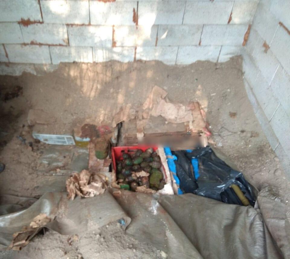 Μεγάλες ποσότητες πολεμικού υλικού βρέθηκαν θαμμένες σε χώρο αποθήκευσης, σε περιοχή της Καστοριάς, από αστυνομικούς της Υποδιεύθυνσης Ασφάλειας Καστοριάς
