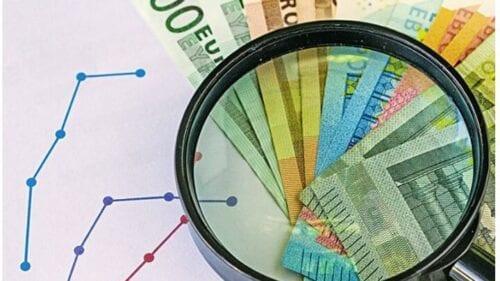 Πρόταση ρύθμισης για τα δάνεια που έχουν μπει σε αναστολή πληρωμής για 9 μήνες λόγω της πανδημίας -έως τις 31 Δεκεμβρίου 2020- έχουν υποβάλει στην Ευρωπαϊκή Κεντρική Τράπεζα οι ελληνικές τράπεζες, με στόχο τη σταδιακή επιστροφή στην κανονικότητα από τον Ιανουάριο του 2021 για 330.000 φυσικά πρόσωπα και επιχειρήσεις, καθώς διαπιστώνουν ότι, βάσει μετρήσεων, 8 στους 10 δανειολήπτες, οι οποίοι έχουν µπει σε αναστολή πληρωµής, δεν θα µπορέσουν να αντεπεξέλθουν στον «φουσκωµένο» λογαριασµό που θα τους στείλει η τράπεζα από τον Ιανουάριο. Αρωγός στην προσπάθεια πειθούς των εποπτικών αρχών της Φρανκφούρτης είναι η κυβέρνηση, η οποία παρακολουθεί στενά τις εξελίξεις επί του θέµατος. Σύµµαχος στην προσπάθεια των ελληνικών τραπεζών να πείσουν τις εποπτικές Αρχές της Φρανκφούρτης είναι οι τράπεζες της Ιταλίας και της Ισπανίας, οι οποίες ετοιµάζουν αντίστοιχα σχέδια προκειµένου να αντιµετωπιστούν τα επιπλέον δανειακά βάρη που προκάλεσε η παύση πληρωµών. Στόχος είναι η ρύθµιση να λάβει την έγκριση της ΕΚΤ εντός των επόµενων δύο µηνών και να ξεκινήσει να «τρέχει» από την 1η Ιανουαρίου του 2021. Σε εννεάµηνη αναστολή δόσεων έχουν µπει δάνεια αξίας 22,5 δισ. ευρώ (στεγαστικά, καταναλωτικά, επαγγελµατικά και επιχειρηµατικά), εκ των οποίων τα 15,7 δισ. ευρώ αφορούν δάνεια φυσικών προσώπων και τα υπόλοιπα 6,75 δισ. ευρώ είναι επιχειρηµατικά. Η ανάγκη ελάφρυνσης του ύψους της µηνιαίας δόσης που θα κληθούν να πληρώσουν από τον Ιανουάριο 264.000 δανειολήπτες στεγαστικών, καταναλωτικών και επαγγελµατικών δανείων, αλλά και 66.000 επιχειρήσεις, προκύπτει από το γεγονός ότι οι δόσεις που δεν πληρώθηκαν για 9 µήνες θα επιµεριστούν στις µηνιαίες δόσεις από τον Ιανουάριο του 2021. Για παράδειγµα, αν ένας δανειολήπτης πλήρωνε µέχρι και τον Φεβρουάριο, πριν χτυπήσει ο κορωνοϊός, µηνιαία δόση ύψους 500 ευρώ για το στεγαστικό του δάνειο, το χρέος που έχει παγώσει θα φτάσει στο τέλος ∆εκεµβρίου στα 4.500 ευρώ, ποσό που θα επιµεριστεί σε όλη την υπόλοιπη διάρκεια του δανείου. ∆ηλαδή, ο δανειολήπτης δ