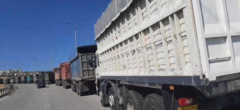 Απολιγνιτοποίηση: Διαμαρτυρήθηκαν με τα φορτηγά τους στην Περιφέρεια Δυτικής Μακεδονίας και κατέθεσαν τις άδειες κυκλοφορίας στο γραφείο του αντιπεριφερειάρχη
