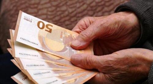 Πληρωμές-εξπρές στα εφάπαξ έρχονται από τα Ταμεία Πρόνοιας με τη χορήγηση προκαταβολής ακόμα και του 50%. Οι προκαταβολές θα χορηγούνται μέσα στο τρίμηνο από την υποβολή της σχετικής αίτησης και σε κάθε περίπτωση το συντομότερο μόλις βγει η συνταξιοδοτική απόφαση. Εν όψει της επίσπευσης των πληρωμών, ενδιαφέρον παρουσιαζει η λίστα με τα εφάπαξ που πληρώνουν 31 ταμεία και τις αντίστοιχες προκαταβολές που έρχονται για δεκάδες χιλιάδες συνταξιούχους. Ενδεικτικά το μέσο πληρωτέο εφάπαξ ανέρχεται: Για τους δημοσίους υπαλλήλους σε 23.520 ευρώ. Για τους υπαλλήλους των Δήμων σε 25.000 ευρώ. Για το προσωπικό της ΔΕΗ σε 39.711 ευρώ. Για τον ΟΣΕ σε 63.083 ευρώ (που είναι και το υψηλότερο στη λίστα). Για τους δικηγόρους σε 11.458 ευρώ. Για τους υπαλλήλους του ΟΤΕ σε 44.242 ευρώ. Για τους υπαλλήλους που προέρχονται από την Εμπορική Τράπεζα σε 32.070 ευρώ. Για τους τραπεζικούς της πρώην Ιονικής Τράπεζας σε 40.776 ευρώ. Για τους υπαλλήλους του ΙΚΑ σε 25.695 ευρώ. Για τους υπαλλήλους της ΕΡΤ σε 39.251 ευρώ. Για τους δικαστικούς επιμελητές σε 39.599 ευρώ. Για τους συμβολαιογράφους σε 31.482 ευρώ. Ιδιωτικός τομέας Υπάρχουν και ταμεία του ιδιωτικού τομέα που παρά τις μειώσεις που έγιναν δίνουν ένα σχετικά αξιοπρεπές εφάπαξ. Για παράδειγμα: Οι εφημεριδοπώλες και υπάλληλοι πρακτορείων Τύπου έχουν μέσο εφάπαξ 44.714 ευρώ. Στον ΟΛΠ οι υπάλληλοι έχουν κατά μέσο όρο 34.766 ευρώ εφάπαξ. Το προσωπικό στις Ιπποδρομίες παίρνει μέσο εφάπαξ 21.564 ευρώ. Οι ξενοδοχοϋπάλληλοι έχουν μέσο όρο εφάπαξ 15.674 ευρώ με 20ετία. Στον αντίποδα τα μικρότερα εφάπαξ πληρώνουν τα παρακάτω Ταμεία Πρόνοιας: Αξιωματικών Εμπορικού Ναυτικού με μέσο εφάπαξ 8.302 ευρώ και 5.162 ευρώ για τα κατώτερα πληρώματα. Εργατοϋπαλλήλων Μετάλλου 7.580 ευρώ. Υγειονομικών (γιατροί, φαρμακοποιοί) με μέσο εφάπαξ 2.000 ευρώ. Μηχανικών με μέσο εφάπαξ 6.739 ευρώ. ΝΑΤ με μέσο ποσό εφάπαξ στα 5.955 ευρώ. Τσιμέντων με εφάπαξ στα 2.906 ευρώ κατά μέσο όρο. Εμποροϋπαλλήλων με μέσο εφάπαξ στα 2.840 ευρώ. Λιπασμάτων με εφάπαξ στα 7.578 ευρώ. Για