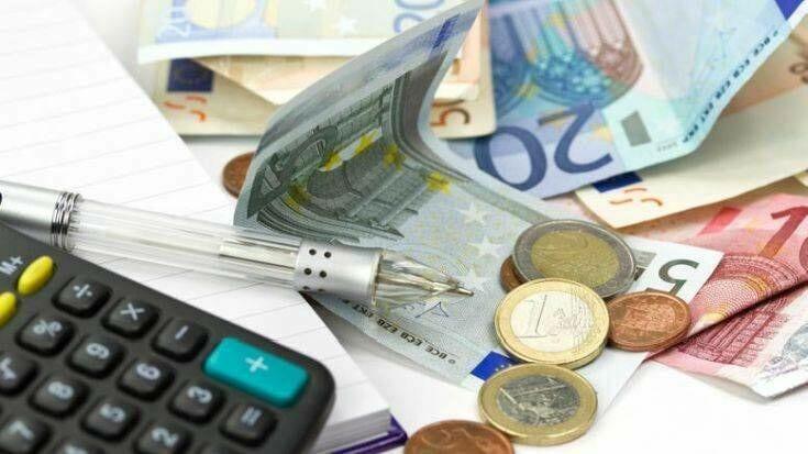 «Παράθυρο» για διατήρηση της μείωσης έως και 100% της προκαταβολής φόρου για τους επαγγελματίες και τις επιχειρήσεις και για το 2021 αφήνει ανοιχτό η κυβέρνηση με τον υπουργό Οικονομικών Χρήστο Σταϊκούρα να δηλώνει ότι η μείωση της προκαταβολής φόρου είναι ένα προσωρινό μέτρο και θα αξιολογηθεί εάν θα ισχύσει και το επόμενο έτος. Σημειώνεται ότι φέτος πάνω από 240.000 επιχειρήσεις και επαγγελματίες που είδαν το τζίρο τους να μειώνεται πάνω από 5% στο πρώτο εξάμηνο του έτους δικαιούνται μειωμένη προκαταβολή φόρου για τα εισοδήματα του 2021 από 30% έως και 100%. Οι εξελίξεις στο μέτωπο της πανδημίας θα καθορίσουν και το χρόνο υλοποίησης των φοροελαφρύνσεων. «Όλα εξαρτώνται από την ένταση και την έκταση της υγειονομικής κρίσης», υπογραμμίζει ο Χρήστος Σταϊκούρας αναφορικά με το χρόνο ενεργοποίησης ελαφρύνσεων με μόνιμο χαρακτήρα. Το ποσοστό της μείωσης της προκαταβολής φόρου που εφαρμόστηκε φέτος είναι ανάλογο με τη βουτιά που σημείωσε ο τζίρος των επιχειρήσεων και ελεύθερων επαγγελματιών στο πρώτο εξάμηνο του έτους. Ειδικότερα η προκαταβολή φόρου μειώνεται: - 30% για μείωση τζίρου 5-15% - 50% για μείωση τζίρου 15,1-25%, - 70% για μείωση τζίρου 25,1-35% - 100% για μείωση τζίρου μεγαλύτερη από 35%, Μηδενισμό της προκαταβολής φόρου έχουν: - Οι εποχικές επιχειρήσεις του τριτογενούς τομέα, που υπόκεινται σε ΦΠΑ. Εποχικές θεωρούνται όσες πραγματοποίησαν πάνω από το 50% του ετήσιου τζίρου τους το τρίμηνο Ιουλίου-Σεπτεμβρίου του 2019. - Οι επιχειρήσεις που ανήκουν στους κλάδους των αεροπορικών και ακτοπλοϊκών μεταφορών. Πάντως στο οικονομικό επιτελείο αυτές τις ημέρες προσπαθούν να επικαιροποιήσουν τις εκτιμήσεις για τη ζημιά της πανδημίας, καθώς και να σχεδιάσουν τα βήματα για το 2021. Κοινή είναι, πλέον, η πεποίθηση ότι αν η υγειονομική κρίση παραταθεί μέσα στους πρώτους μήνες της επόμενης χρονιάς, τα περιθώρια για μόνιμου χαρακτήρα ελαφρύνσεις θα περιοριστούν. Και κάπου εδώ ξεκινούν τα σενάρια για παρεμβάσεις προσωρινού χαρακτήρα, όπως η μείωση των συντελεστών προκαταβολής