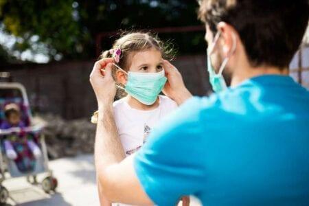 Δασκάλα δείχνει αντικείμενο που κάνει τη χρήση μάσκας πιο άνετη (βίντεο)