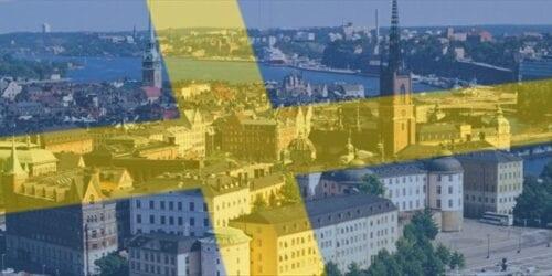 Μόλις 13 ασθενείς της Covid-19 νοσηλεύονται στις ΜΕΘ των νοσοκομείων της Σουηδίας, δηλαδή ποσοστό 1,3 ατόμων ανά εκατομμύριο πληθυσμού και μόνον ένας θάνατος καταγράφεται ημερησίως από τον κοροναϊό. Αυτά είναι τα στοιχεία από την πορεία της πανδημίας τους κοροναϊού αυτή τη στιγμή στη Σουηδία η οποία ακολούθησε τη δική της, αμφιλεγόμενη στρατηγική αποφεύγοντας το lockdown στην αρχή της πανδημίας του κοροναϊού με στόχο να επιτρέψει μια σταδιακή εξάπλωσή στον πληθυσμό για να αποκτήσει «ανοσία της αγέλης». Με τη στρατηγική αυτή το ποσοστό μολύνσεων αυξήθηκε πολύ περισσότερο σε σύγκριση με άλλες χώρες που επέβαλαν καραντίνα, αλλά οι σουηδικές Αρχές επέμεναν ότι θα είναι πιο βιώσιμη μακροπρόθεσμα. Έτσι ενθάρρυναν τους πολίτες να τηρούν μέτρα σχολαστικής υγιεινής και κοινωνικής αποστασιοποίησης κρατώντας παράλληλα ανοικτά τα εστιατόρια, τα μπαρ και τα καταστήματα. Το αποτέλεσμα ήταν η Σουηδία να μετρά μέχρι τώρα 5.843 θύματα -πληρώνοντας τον έκτο υψηλότερο απολογισμό στην Ευρώπη – πίσω από το Βέλγιο, την Ανδόρα, την Ισπανία, τη Βρετανία και την Ιταλία.