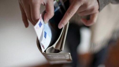 """Εφορία: """"Κυνηγά"""" τα αδήλωτα ποσά εισοδημάτων - Στο μικροσκόπιο καταθέσεις, κάρτες και πληρωμές λογαριασμών"""