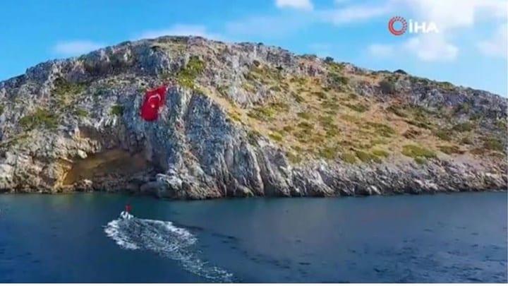 Νέο σόου των Τούρκων: Ύψωσαν τεράστια τουρκική σημαία απέναντι από τα Ίμια - ΒΙΝΤΕΟ
