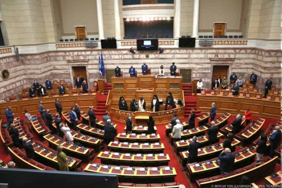 ο απόγευμα της Παρασκευής στις 18:00 αναμένεται να ξεκινήσει η τριήμερη κοινοβουλευτική μάχη στη Βουλή με φόντο την κατάθεση πρότασης μομφής κατά του υπουργού Οικονομικών Χρήστου Σταϊκούρα που κατέθεσε νωρίτερα ο αρχηγός της αξιωματικής αντιπολίτευσης Αλέξης Τσίπρας. H σύζητηση με βάση τον κανονισμό της Βουλής είναι τριήμερη και θα ολοκληρωθεί τα μεσάνυχτα της τρίτης μέρας με την ονομαστική ψηφοφορία. «Ανακοινώνω λοιπόν στο σώμα, ότι με βάση το άρθρο 142 του Κανονισμού της Βουλής καταθέτουμε πρόταση μομφής εναντίον του υπουργού που εισηγείται αυτόν το νόμο έκτρωμα. Τον νόμο της πτώχευσης, της χρεοκοπίας ακόμη και φυσικών προσώπων και νοικοκυριών. Τον νόμο της άμεσης ρευστοποίησης της περιουσίας τους. Τον νόμο που μετά από οκτώ χρόνια προστασίας εντός των μνημονίων, έρχεται να άρει της προστασία της πρώτης κατοικίας και μάλιστα εν μέσω πανδημίας. Δε θα σας αφήσουμε να κατεδαφίζετε τη προστασία της πρώτης κατοικίας και να πτωχεύετε τους Έλληνες στα μουλωχτά. Σαν τους κλέφτες», ανέφερε αρχικά ο Αλέξης Τσίπρας. «Να ξεκινήσει άμεσα η τριήμερη συζήτηση. Να αναγκαστεί να έρθει και ο κύριος Μητσοτάκης, που κρύβεται. Να έρθει και να μας εξηγήσει κύριε υπουργέ, γιατί σας υπερασπίζεται και ποια είναι τα συμφέροντα και οι λόγοι εκείνοι που επιβάλουν εν μέσω πανδημίας να νομοθετείτε την άρση της προστασίας της πρώτης κατοικίας και τη ρευστοποίηση της περιουσίας των αδύναμων συμπολιτών μας», συμπλήρωσε ο πρόεδρος του ΣΥΡΙΖΑ και αρχηγός της αξιωματικής αντιπολίτευσης. Τι προβλέπει ο Κανονισμός της Βουλής Σύμφωνα με το άρθρο 142 του Κανονισμού της Βουλής η συζήτηση ολοκληρώνεται το αργότερο τα μεσάνυχτα της τρίτης ημέρας, δηλαδή της Κυριακής με ονομαστική ψηφοφορία. Αναλυτικά το άρθρο 142 του Κανονισμού αναφέρει: H Boυλή μπoρεί με απόφασή της να απoσύρει την εμπιστoσύνη της από την Kυβέρνηση ή από μέλoς της ύστερα από πρόταση δυσπιστίας. H πρόταση δυσπιστίας πρέπει να είναι υπoγραμμένη από τo ένα έκτo (1/6) τoυλάχιστoν των Boυλευτών και να περιλαμβάνει σαφώς τα θέματα για τα oπoία 